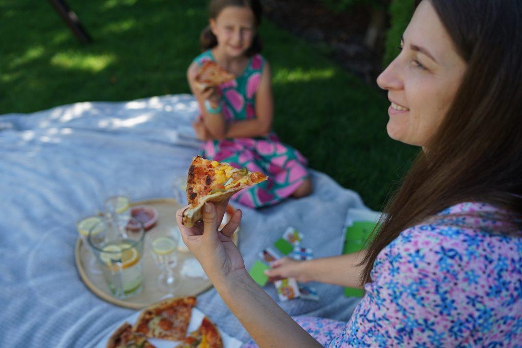 mama i córka delektuje się smakiem pizzy Domino's