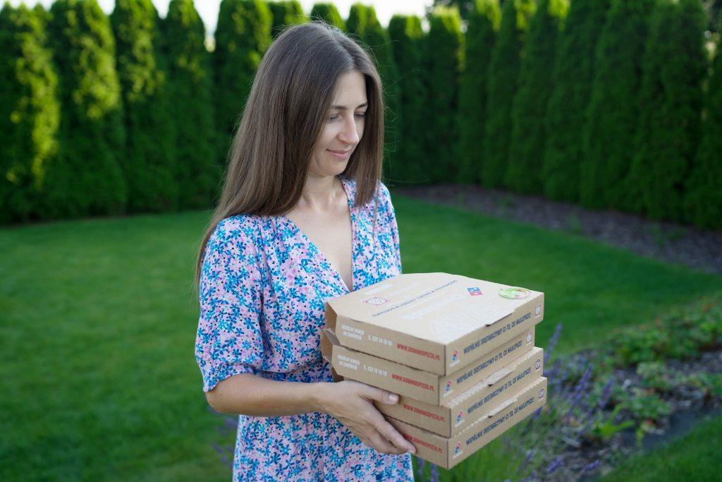 mama niesie cztery kartony pizzy Domino's